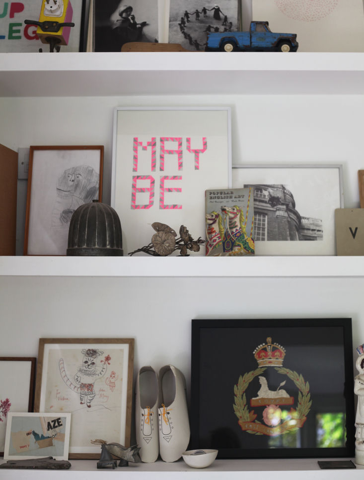 Display shelves, Barton Edge sitting room, Winchester, England, Victoria Suffield and Phil Webb.